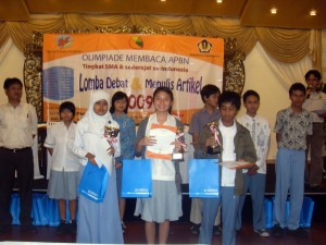 Para juara lomba menulis artikel OMASI 2009 wil Jabodetabek. Dyah, Anas, dan Dito (depan), adalah juara I - III.